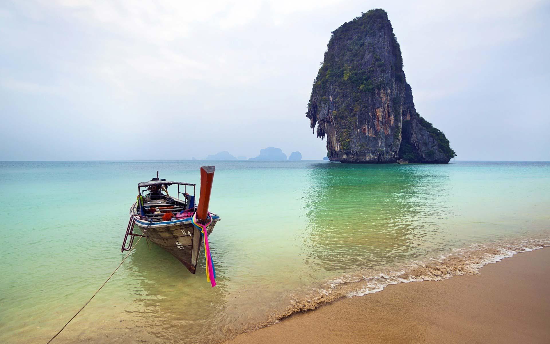 barco-barado-playa-paradisiaca